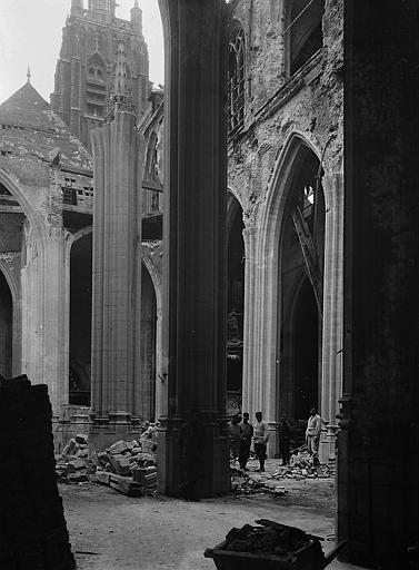Ruines après le bombardement de 1915 et tour à l'arrière-plan