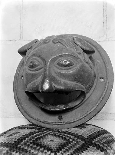 Marteau de porte: animal posé sur un coussin