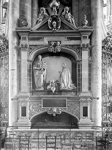 Statues au revers du choeur et tombeau