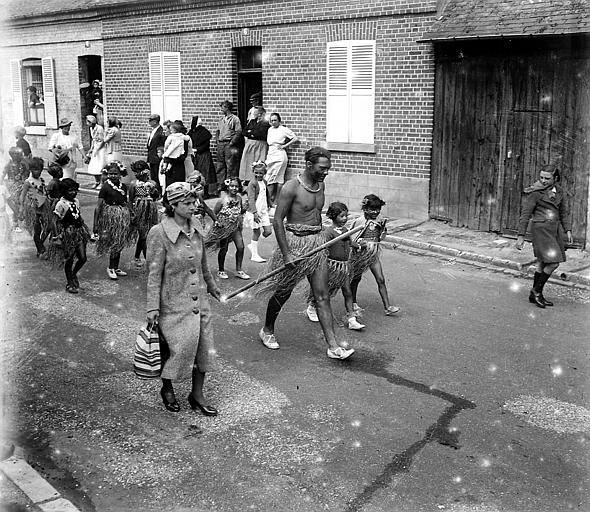 Homme et enfants déguisés portant un pagne