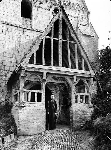 Porche, prêtre à l'entrée