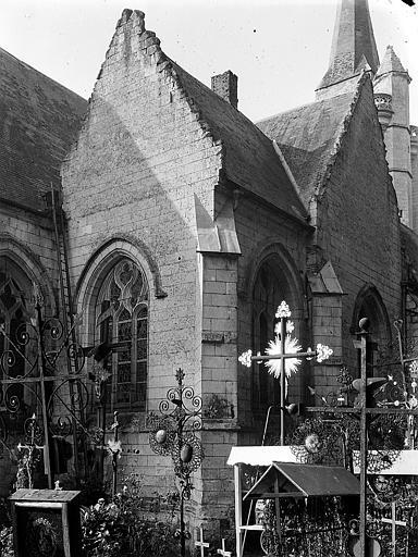 Cimetière, église à l'arrière-plan