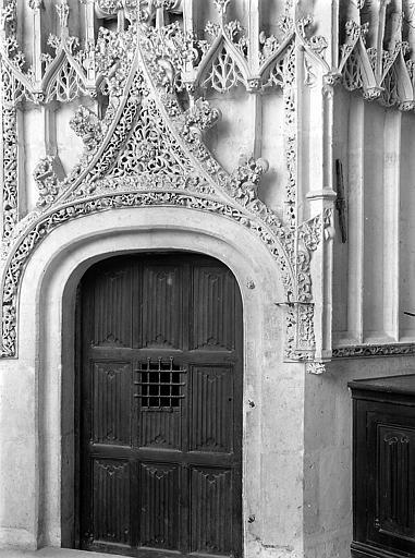 Ornementation au-dessus d'une porte