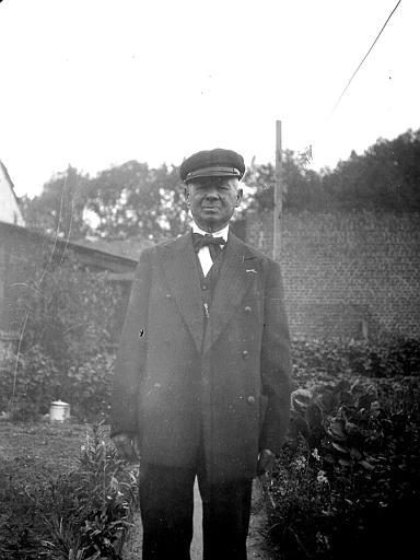 Homme dans un jardin potager
