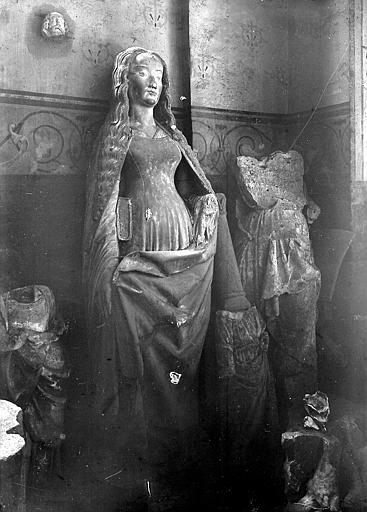 Statue: jeune fille