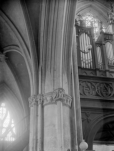 Orgue et pilier décoré