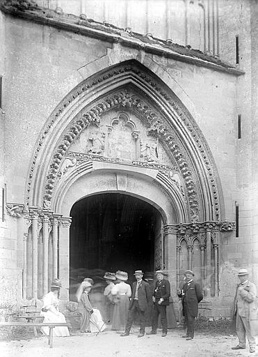 Groupe de personnes devant le portail de l'église