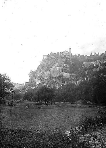 Le village au pied des falaises: vue d'ensemble