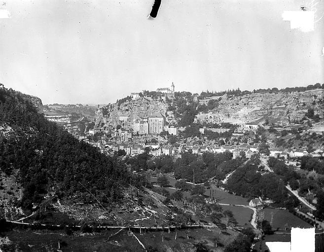 Vue d'ensemble du site dans les gorges de l'Alzou