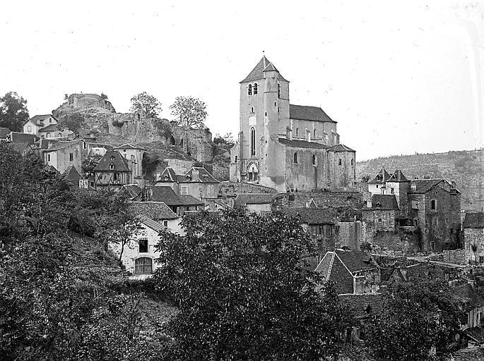 Plan rapproché de l'église avec les ruines de l'ancien château médiéval en arrière-plan
