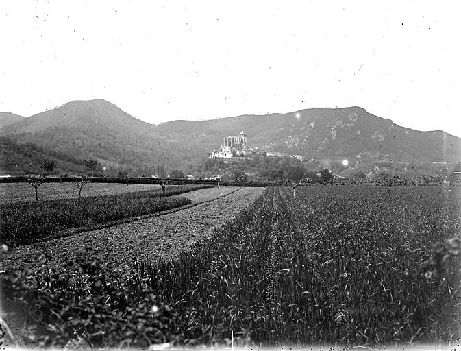Le village et la cathédrale dans la vallée de la Garonne: vue d'ensemble prise depuis Valcabrère