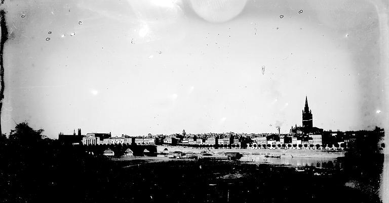 Une partie de la ville vue d'une rive de la Garonne