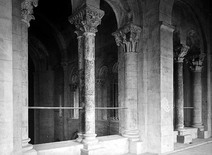 Intérieur: vue rapprochée de colonnes