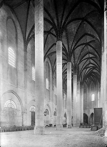 Eglise: file de colonnes séparant les deux nefs