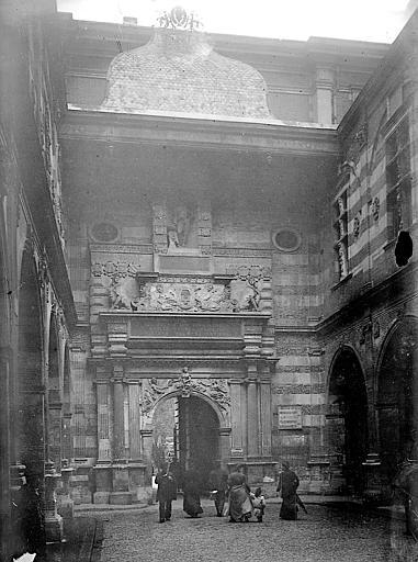 Cour Henri IV: Portail Renaissance, statue de Henri IV au-dessus du portail
