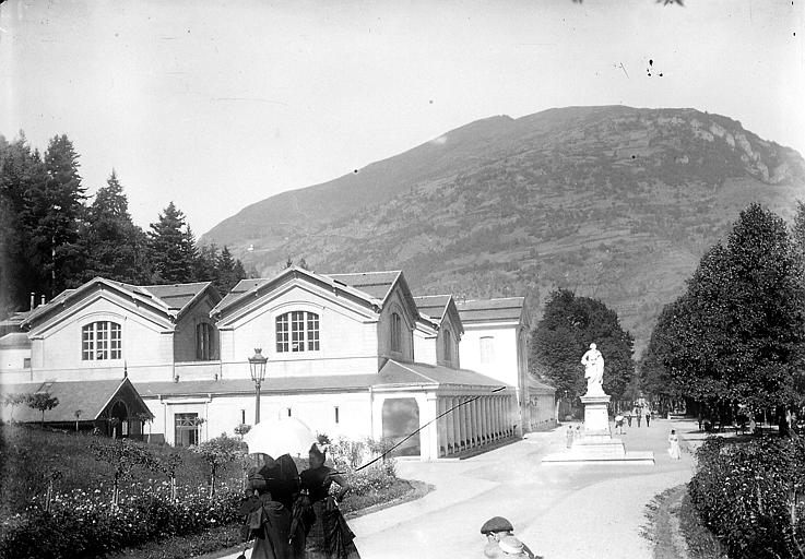Allée d'Etigny sur la droite, montagne en arrière-plan