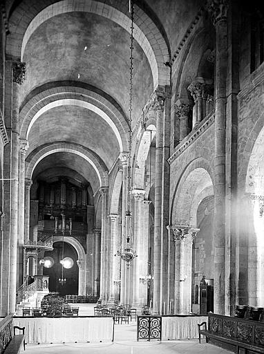 Nef centrale, travée: orgue du XVII° et absidiole