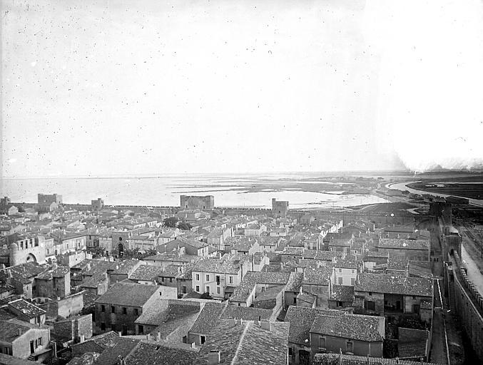 La ville et le front sud-ouest des remparts, avec l'étang hors de la ville en arrière-plan: vue d'ensemble