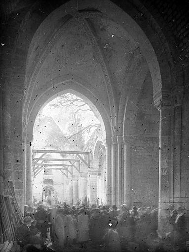 Intérieur: ruines, travaux, foule