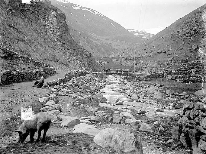 Paysage de montagne: ruisseau, troupeau traversant un pont
