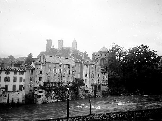 Maisons sur l'Ariège, abside de l'église et tours du château dans le fond