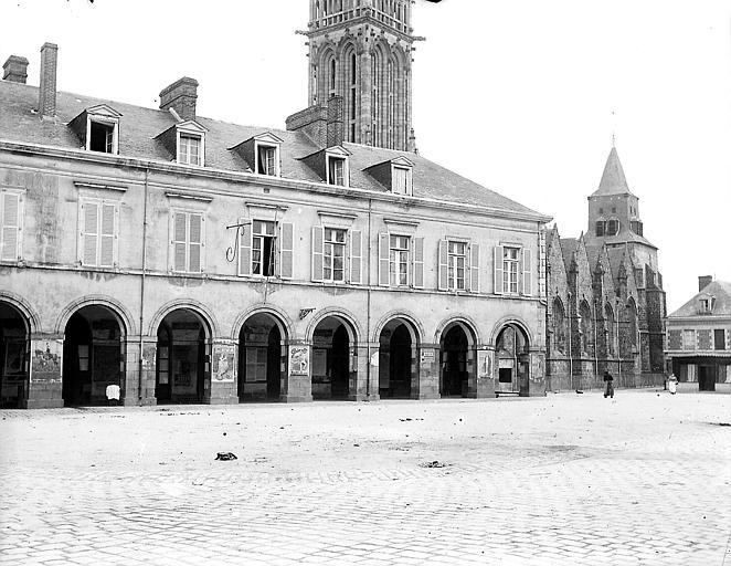 Façade, la collégiale et ses deux clochers dans le fond