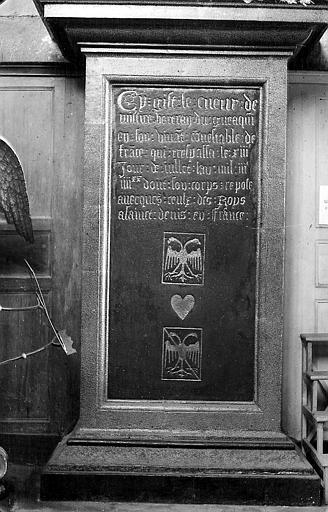 Cénotaphe contenant le coeur de Du Guesclin: inscription gravée