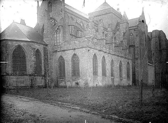 Façade nord où figure la tour (XIV) formant la croisée du transept et la tour inachevée de la façade ouest