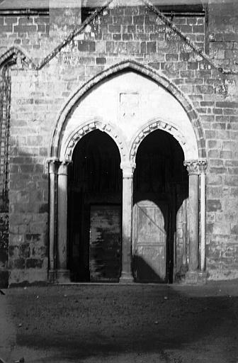 Façade sud: petit porche constitué de deux arcades avec colonnette centrale octogonale semée de coeurs