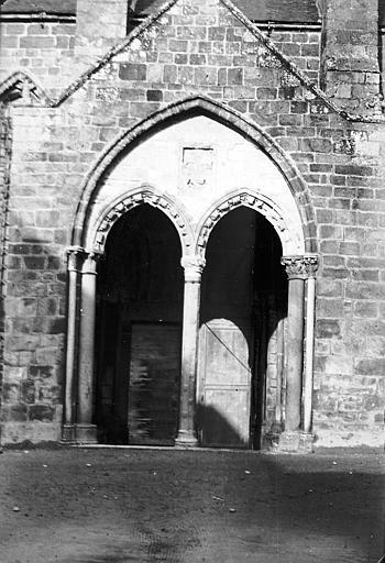 Façade sud, petit porche: deux arcades avec colonnette centrale octogonale semée de coeurs