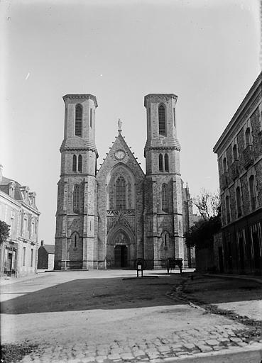 Façade: portail d'entrée entre deux tours jumelles