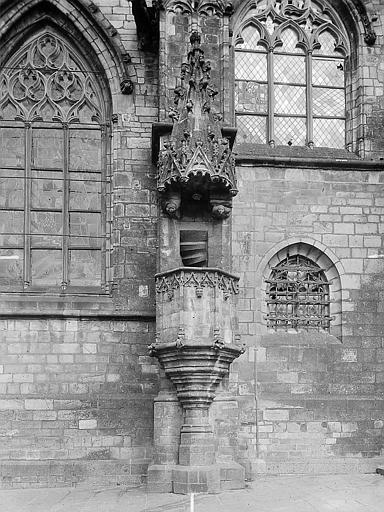 Chaire extérieure en pierre entourée de fenêtres flamboyantes