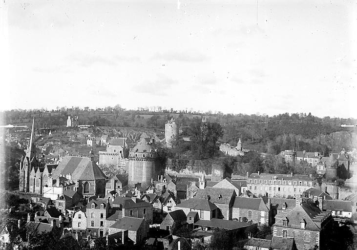 La ville: vue d'ensemble, avec le château féodal et l'église Saint-Sulpice