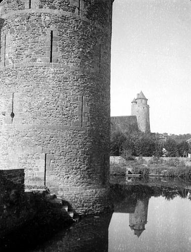 Cour intérieure: vue sur la tour de Coigny se reflétant dans la rivière