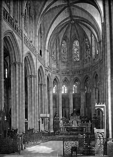 Choeur: maître-autel et stalles