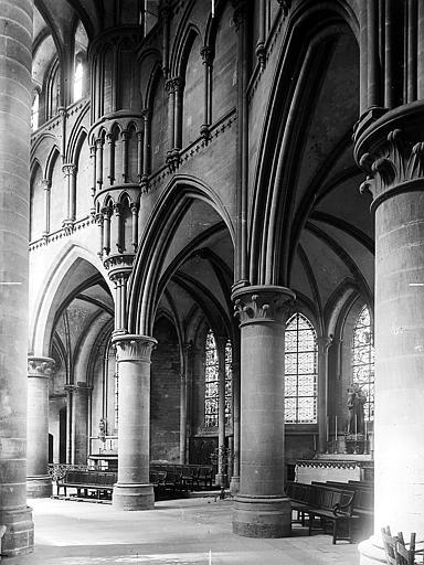 Chapelle séparée du déambulatoire par d'imposantes colonnes