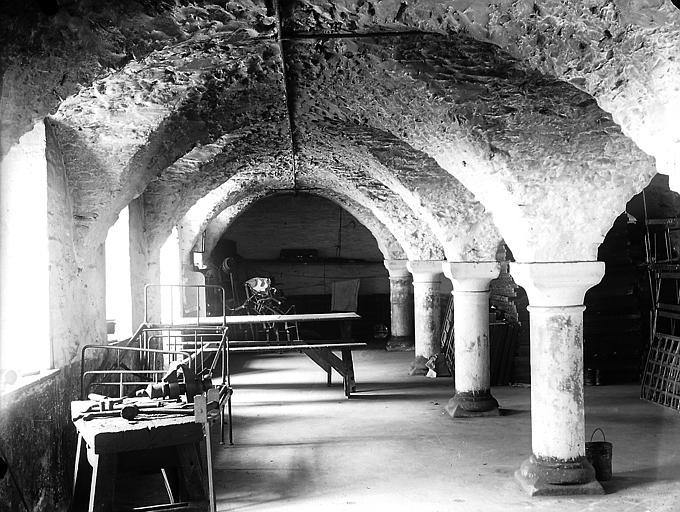 Salle : plafond voûté soutenu par des colonnes