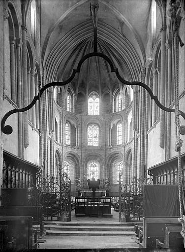 Eglise. Choeur: trois étages de cinq fenêtres