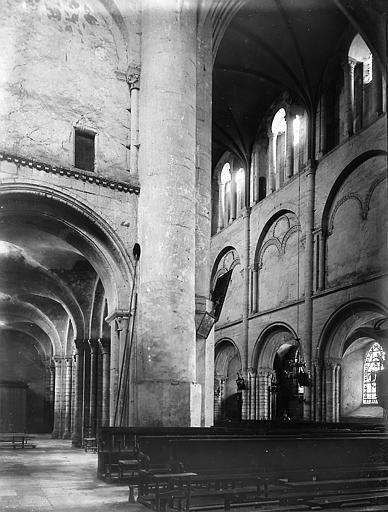 Eglise. Nef vue d'un bras du transept