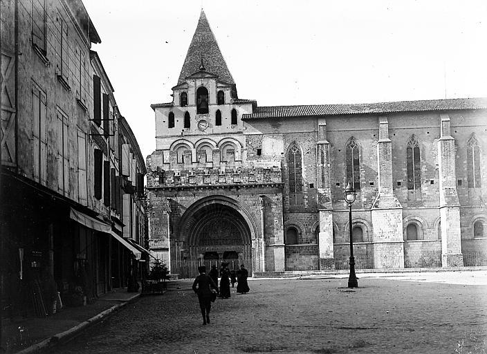 Façade: clocher-porche et portail