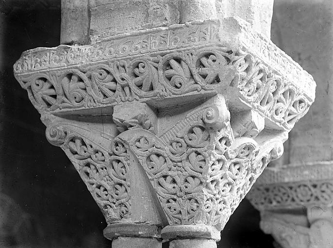 Chapiteau sculpté de feuillages: détail