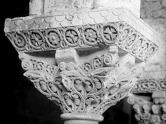 Chapiteau décoratif sculpté: détail