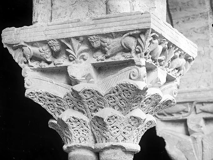 Chapiteau sculpté de feuillages et de lions: détail