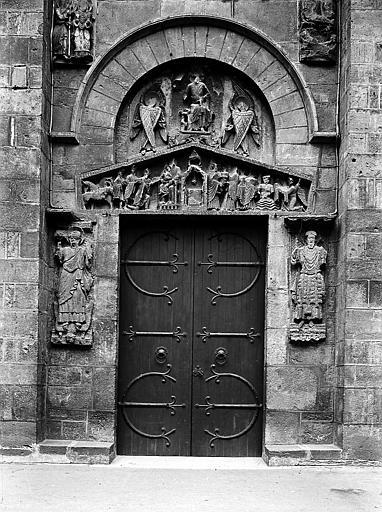 Portail: tympan, linteau en bâtière sculpté à 'fond de cuve', et sculptures de chaque côté du chambranle