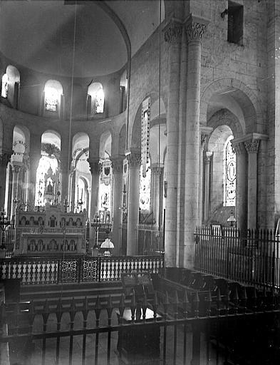 Stalles et maître-autel entouré par la colonnade du rond-point