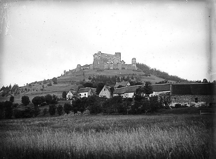 Vue d'ensemble du château au sommet d'un cône basaltique et du village au pied de ce cône