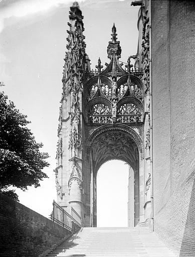Côté est de l'arc de triomphe, sculptures: le Calvaire et le Couronnement de la Vierge