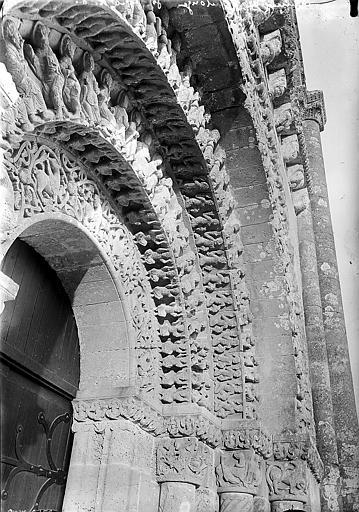 Portail sud, chapiteaux et archivoltes sculptés: détail