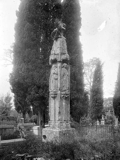 Croix de cimetière sculptée de bas-reliefs