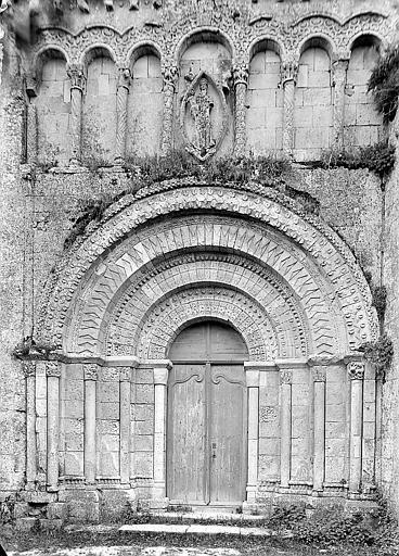 Façade ouest: portail surmonté d'arcades